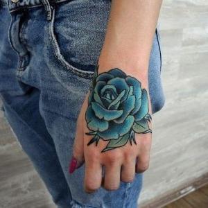 tatuaje en la mano para mujer