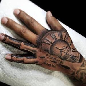 tatuaje en mano para hombre