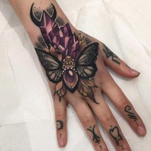 tatuaje mano neo tradicional