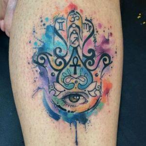 tatuaje de mano de fatima en acuarela