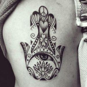 tatuaje increible de mano de fatima
