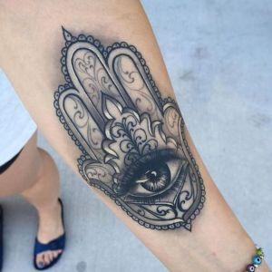 tatuaje mano de fatima en brazo