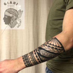 tatuaje maori en antebrazo