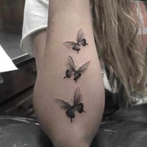 tatuaje delicado de mariposas