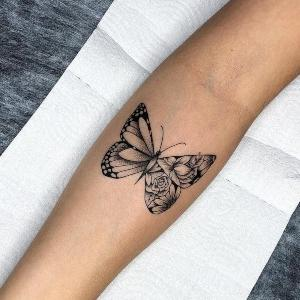 tatuaje negro de mariposa