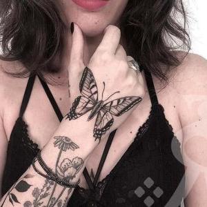 tatuaje para mujer de maripsa en la mano