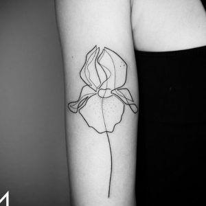 tatuaje minimalista de flor