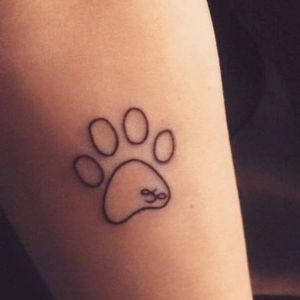 tatuaje minimalista de huella