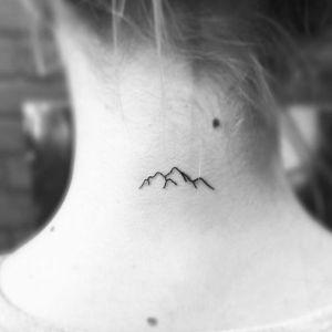 tatuaje minimalista de montaña