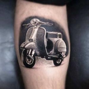 tatuaje de moto vespa