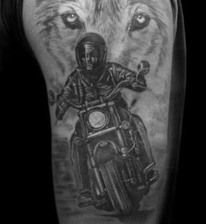 tatuaje realista de motorista