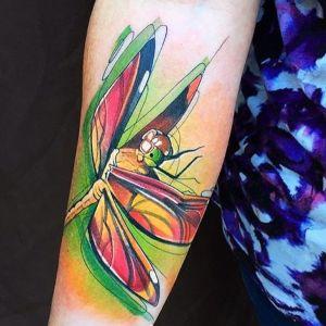 tatuaje antebrazo libelula mujer