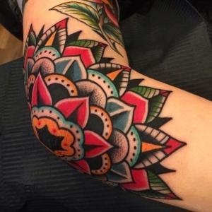 tatuaje codo mujer