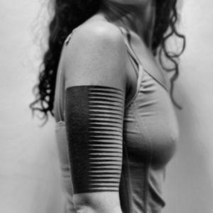 tatuaje mujer brazo geometrico