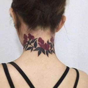 diseño de tatuaje de flores en el cuello
