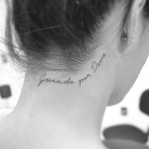 frase tatuada en el cuello