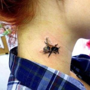 tatu de abeja en el cuello