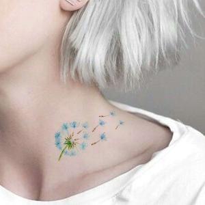 tatuaje femenino en el cuello