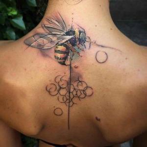 tatuajes bonitos y femeninos en la espalda para mujeres
