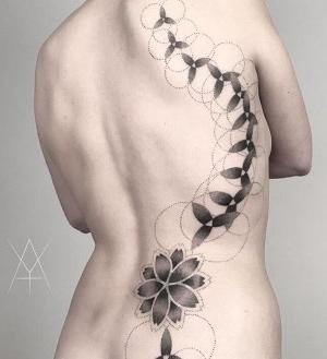 tatuajes en la espalda geometricos para mujer