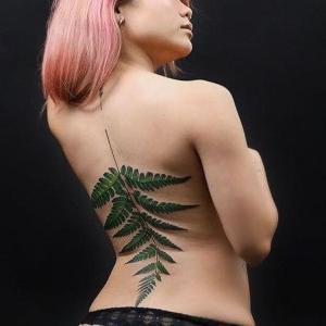 tatuajes mundo vegetal en la espalda