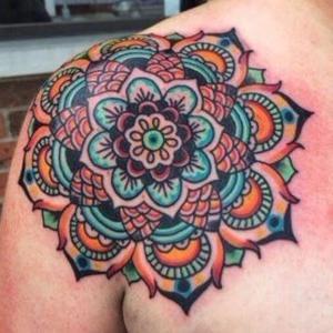 mandala tatuado en hombro