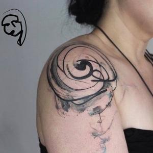 mujer con tatuaje abstracto en el hombro