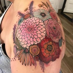 mujeres con tatuajes en el hombro
