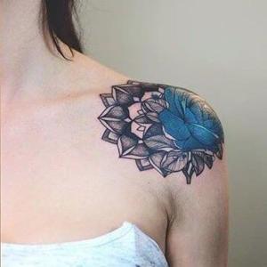 mujeres tatuadas en el hombro