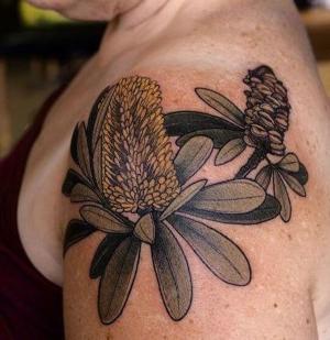 originales flores tatuadas en el hombro