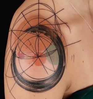 originales tatuajes abstractos en el hombro