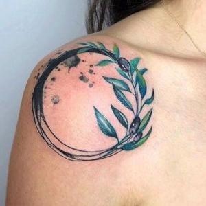 tatuaje de rama de olivo en el hombro