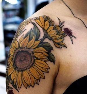 tatuajes de girasoles para mujer en el hombro