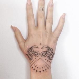 los mejores tatuajes para mujeres en la mano