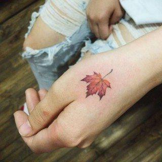 mano tatuada mujer