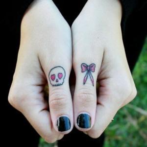 manos tatuadas mujer