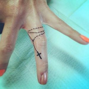 mujer con la mano tatuada