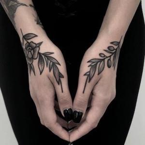 mujeres manos tatus