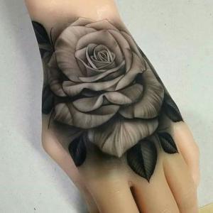 rosa en mano de mujer
