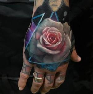 tatto de rosa para mujer en mano