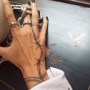 tatuaje de espino en la mano