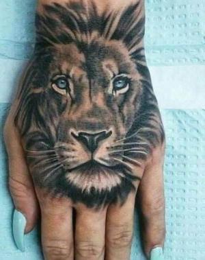 tatuaje de león para mujer