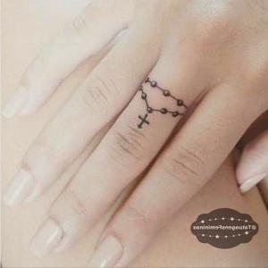 tatuaje de rosario en un dedo de la mano