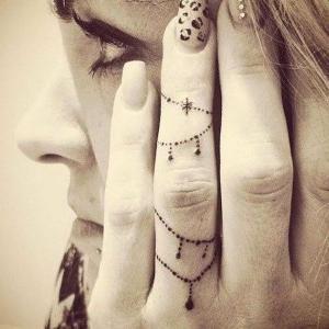 tatuaje en el dedo de la mano para mujer (1)
