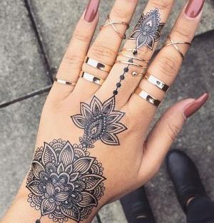 tatuajes de mandalas en la mano