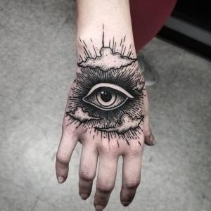 tatuajes de ojos en la mano