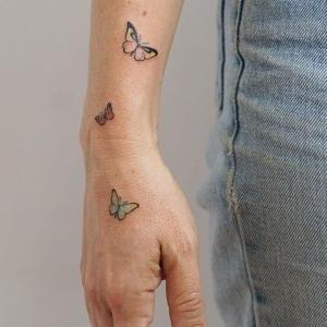 tatuajes en la mano de pequeñas mariposas