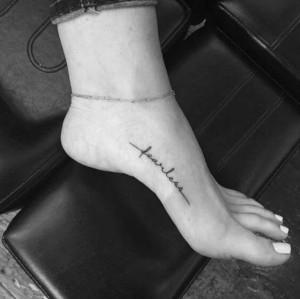 letras tatuaje en pie para mujer