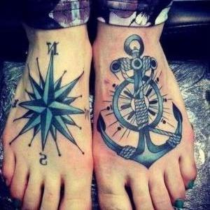 pies tatuados de mujer