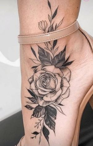 tatto flor en el pie